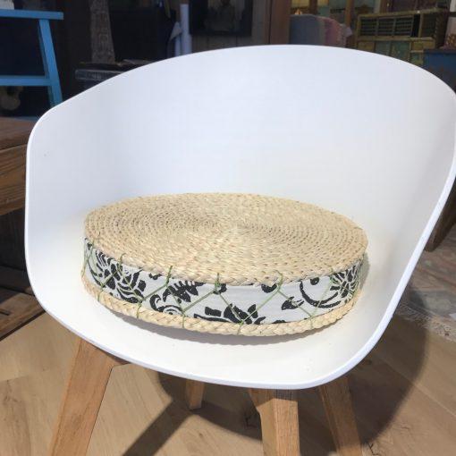 Sitzkissen aus Korb und Stoff